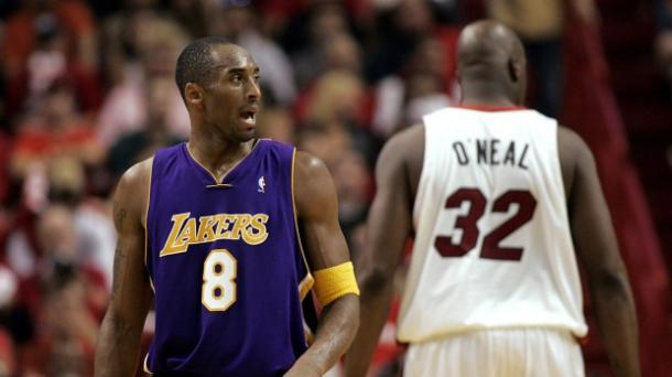 O primeiro confronto entre Kobe e Shaq após o pivô deixar o Lakers (Foto: Reprodução)