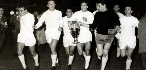 Los madridistas con la copa   Foto: futbolprimera.com