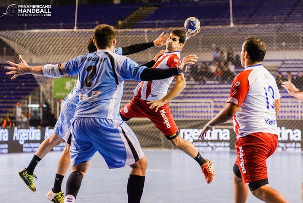 Defensa uruguaya contra Paraguay. Foto: Fed. Pan. Handball