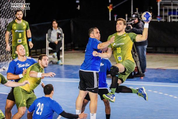 Jose Toledo, lateral brasileño frente a Puerto Rico. Foto: Fed. Pan. Handball