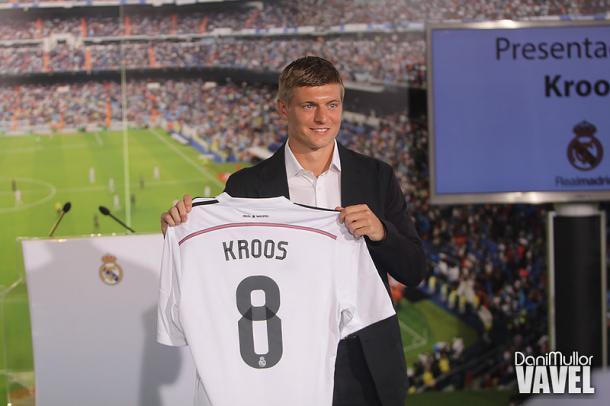 Toni Kroos posa con el dorsal 8 y la elástica del Real Madrid | Foto: Dani Mullor, VAVEL España