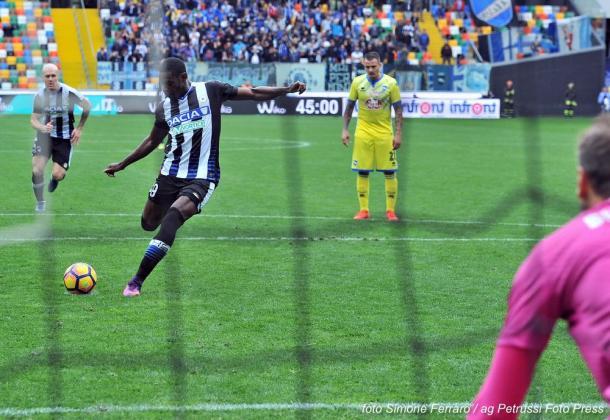 Duvàn Zapata calcia il rigore del 3-1. Fonte: www.facebook.com/UdineseCalcio1896