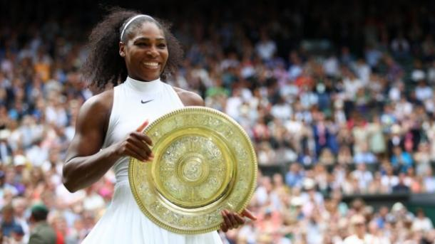 Serena Williams poses with her Wimbledon Trophy after her win over Angelique Kerber |Photo: Clive Brunskill / Getty Images