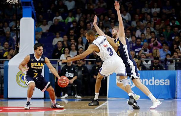 Campazzo robando un balón a Randolph (ACB.com)