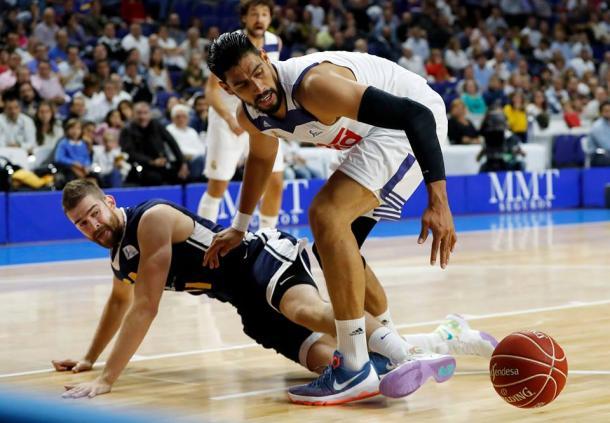 Nedovic y Ayón luchando en el barro (ACB.com)
