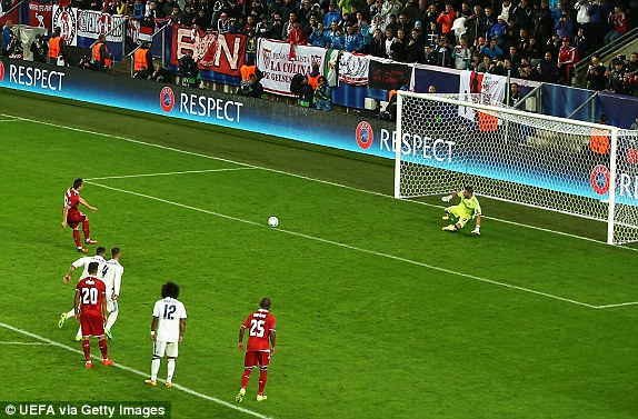 Above: Yevhen Konoplyanka slotting home his penalty in Sevilla's 3-2 defeat to Real Madrid | Photo: UEFA via Getty Images