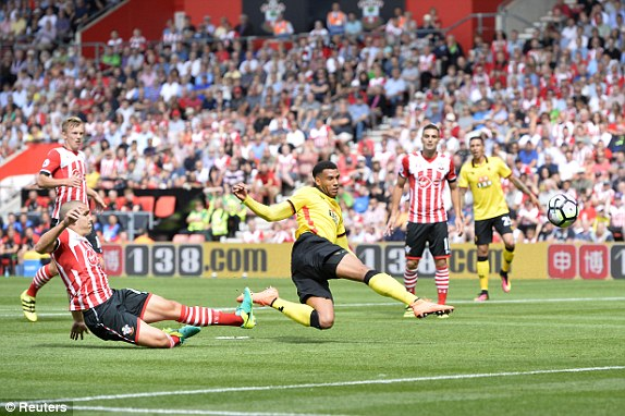 Above: Étienne Capoue firing home his goal in Watford's 1-1 draw with Southampton | Photo: Reuters