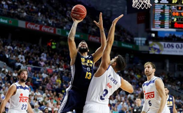 Faverani encarando a Reyes (ACB.com)