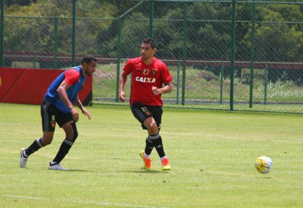 Diego até treinou no time titular, mas vira dúvida após punição do STJD (Foto: Williams Aguiar/Sport)