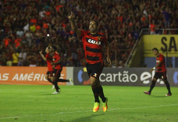 Diego Souza marca único gol do jogo contra Vitória (Foto: Williams Aguiar/Sport)