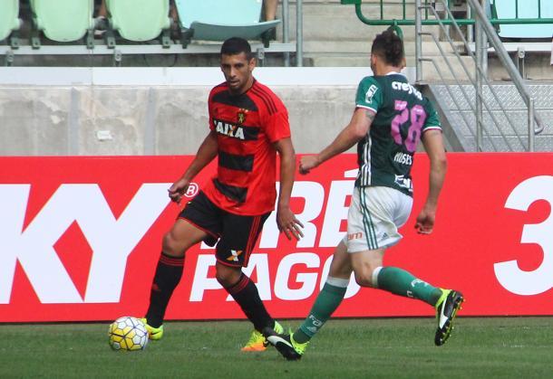 Camisa 87 se mostrou insatisfeito com a não-marcação da arbitragem (Foto: Williams Aguiar/Sport)