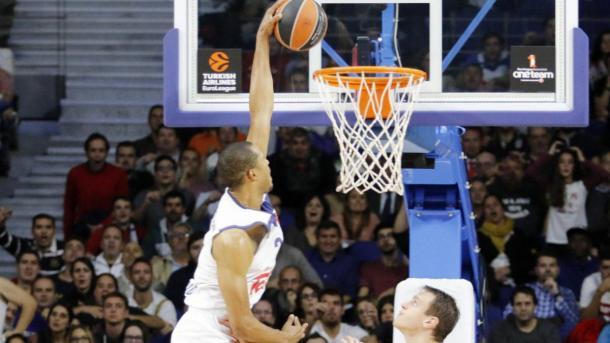 Anthony Randolph haciendo un mate frente a la mirada de su defensor | Fotografía: euroleague.net