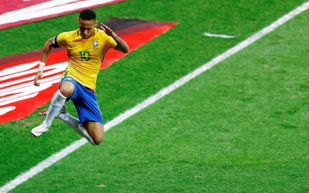 Neymar esulta dopo il gol del 2-0 contro l'Argentina