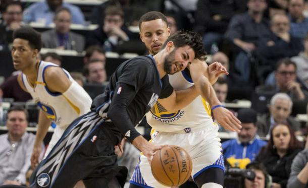 Ricky Rubio tratando de superar a Stephen Curry