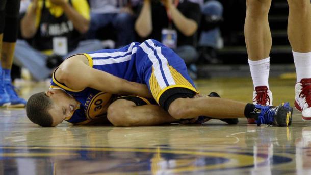 Stephen Curry se duele de un golpe / Foto: Diario AS