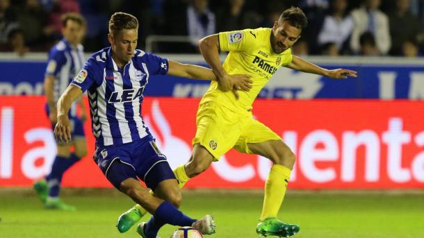 Peleando un balón en el partido de la temporada pasada frente al Alavés. Fuente: villarrealcf.es