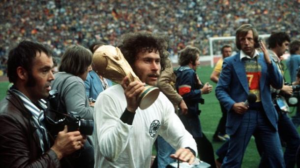 Paul Breitner con la Copa del Mundo ganada en 1974   Fuente: UEFA