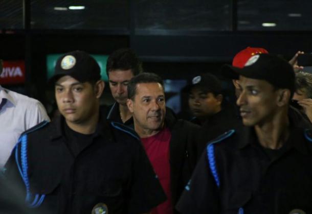 Treinador foi ovacionado por alguns torcedores na chegada ao Recife (Foto: Anderson Freire/Sport)