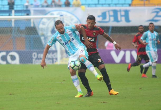 Rogério, um dos mais criticados pela torcida nos últimos jogos, foi substituído ainda no intervalo (Foto: Jamira Furlani/Avaí F.C.)