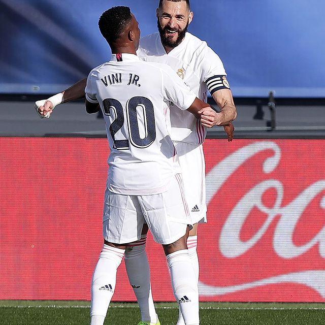 Vinicius y Benzema celebran juntos un gol en el Alfredo Di Stéfano. |Foto: @realmadrid