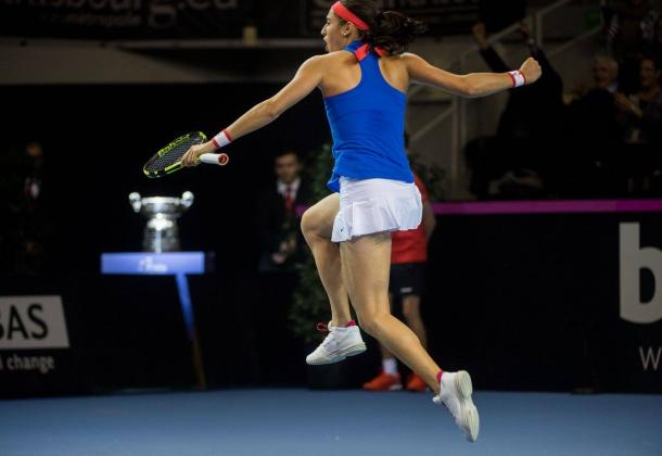 Garcia jumps in jubilation after winning a tight first set | Photo: Fed Cup