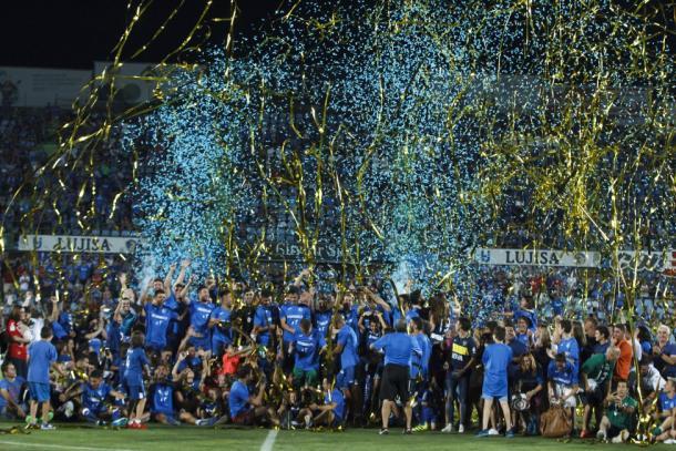 La afición del Getafe celebrando el ascenso. Fuente: La liga