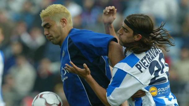 Míchel protege un balón ante la presión de Pietravallo. / Foto: José Antonio García.