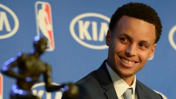 Curry mira a la cámara junto a su MVP / Foto: NBA.com