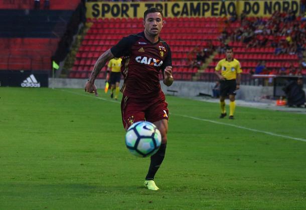 Lateral-esquerdo chileno não faz parte dos planos da Raposa para temporada (Foto: Williams Aguiar/Sport)