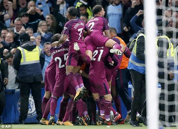 El City celebra con su afición el gol de la victoria. Foto: AP