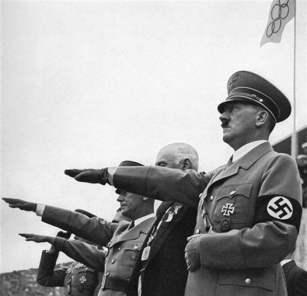 Hitler e seus generais fazendo a saudação nazista/ Foto: Getty Images