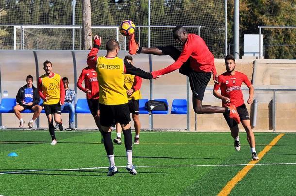 El delantero nigeriano Chrisantus (centro) podria ser el revulsivo que necesita el Reus adelante. (Foto: CF Reus)