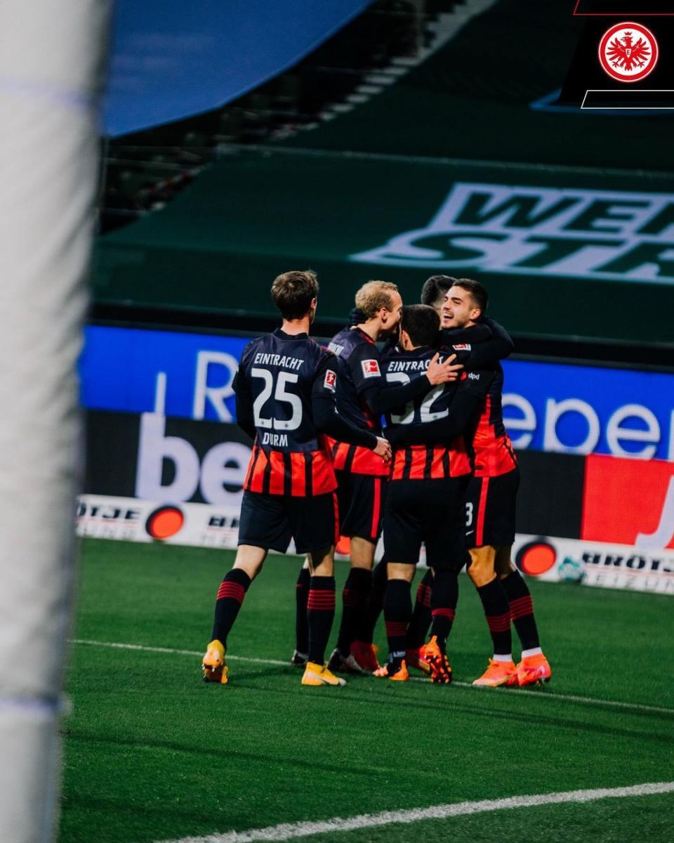 André Silva celebrando el gol, junto a sus compañeros / Foto: @eintrachtfrankfurt