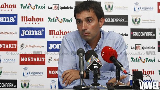 Garitano en una rueda de prensa post-partido tras un CD Leganés - RCD Mallorca (2014) | Foto: Apo Caballero, VAVEL España