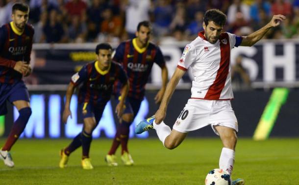 Trashorras lanza un penalti en un partido contra el Barça | Fotografía: LaLiga