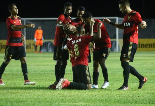 Gols marcados apenas no segundo tempo assegura classificação ao Leão (Foto: Williams Aguiar/Sport)