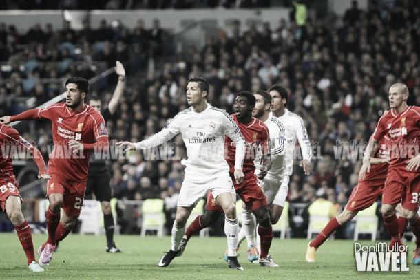 Cristiano Ronaldo, rodeado de jugadores del Liverpool, a punto de rematar el esférico | Foto: VAVEL