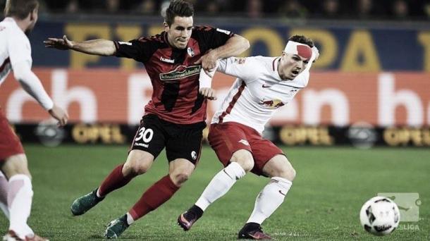 Sabitzer protegiendo el balón ante Günter | Foto: Bundesliga