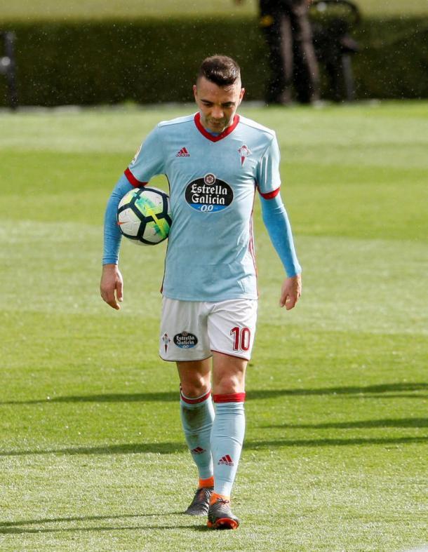 Iago se lleva el balón tras anotar un hat-trick ante el Sevilla esta temporada | Foto: Salvador Sas (EFE)