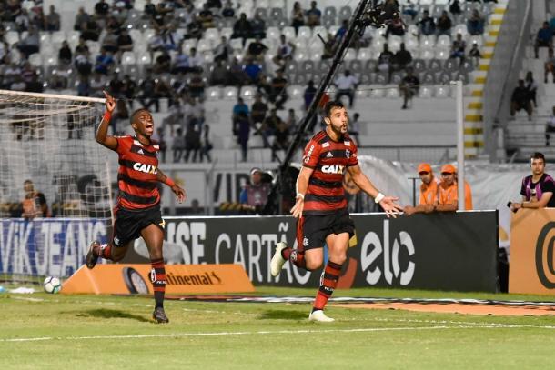 Vinicius comemora com Dourado, autor do gol da partida (Foto: Staff Images/ Flamengo)