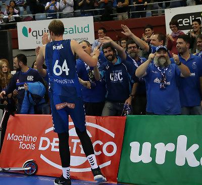 Henk Norel celebra la victoria con su afición/ Foto: Luis García (ACB Photo)