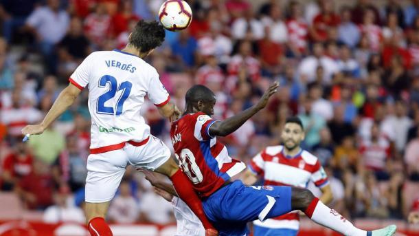 Verdes le gana la acción al delantero del Cordoba. Imagen; LaLiga123