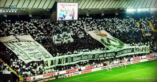 La coreografia del pubblica per celbrare l'anniversario. Fonte: www.facebook.com/UdineseCalcio1896