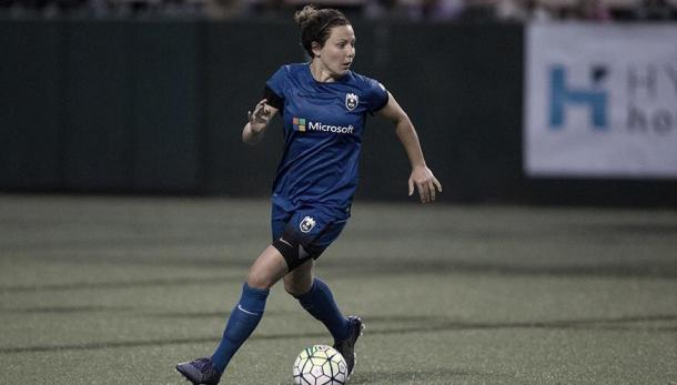 Rachel Corsie looking up to pass the ball for a successful play for the Reign. | Source: NWSL