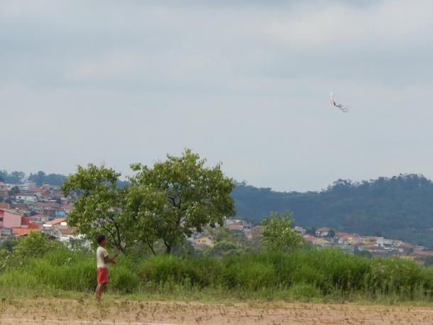 Sonho de voar alto de um menino