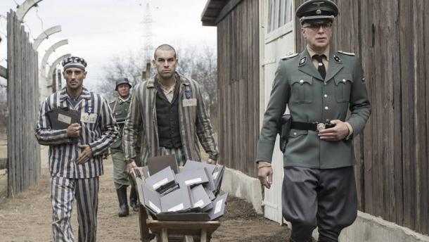 Alain Hernández, Mario Casas y Richard van Weyden, en 'El fotógrafo de Mauthausen'. EL PAIS