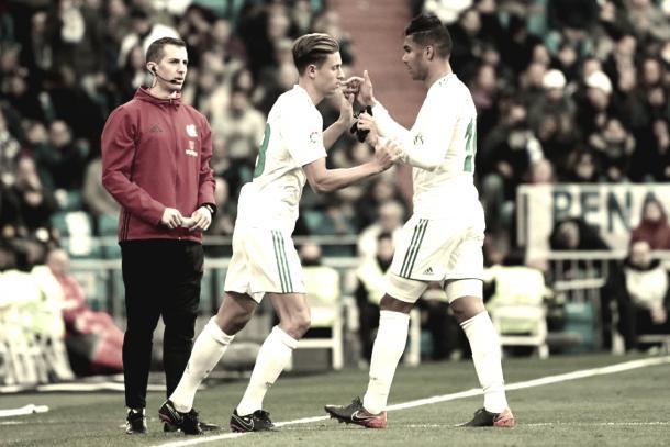Casemiro y Llorente en un cambio durante un partido. Fuente: Real Madrid