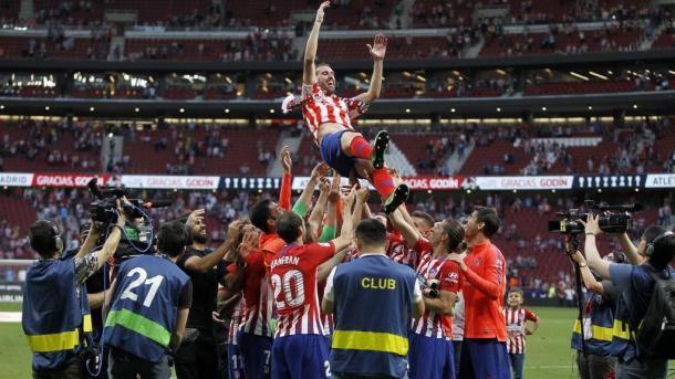 Godín manteado por sus compañeros en su despedida en el Wanda Metropolitano