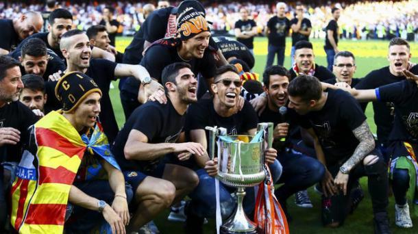 Los jugadores festejando el trofeo en Mestalla   MARCA