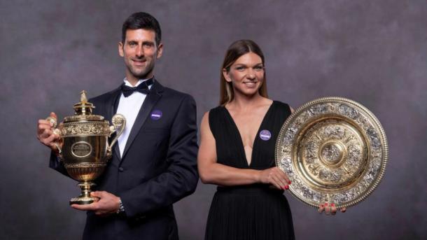 Novak Djokovic y Simona Halep, los actuales campeones de Wimbledon, que por caso extraoficial, seguirán vigentes otro año más. Imagen: AFP